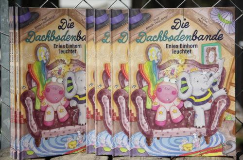 Vorlesen verbindet: Kinderbücher sind eine ideale Möglichkeit, um gemeinsame Zeit zu verbringen. Im Bild das Kinderbuch Die Dachbodenbande von Treuherz.